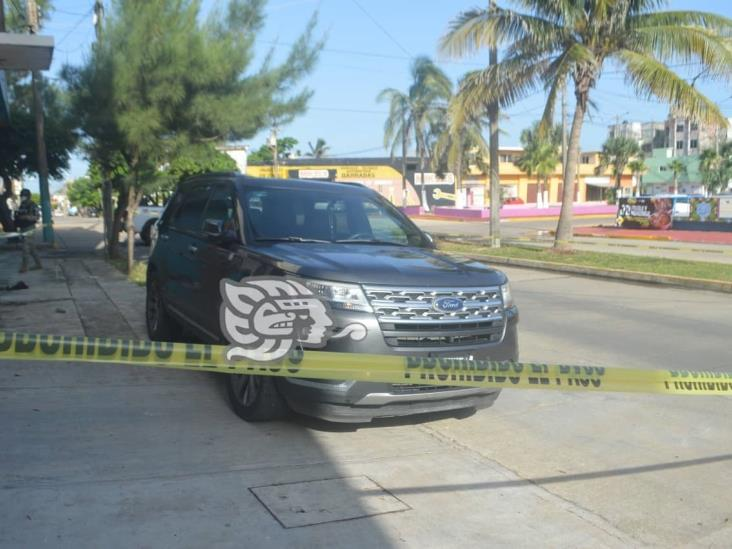 Sujetos abandonan lujosa camioneta en Coatzacoalcos
