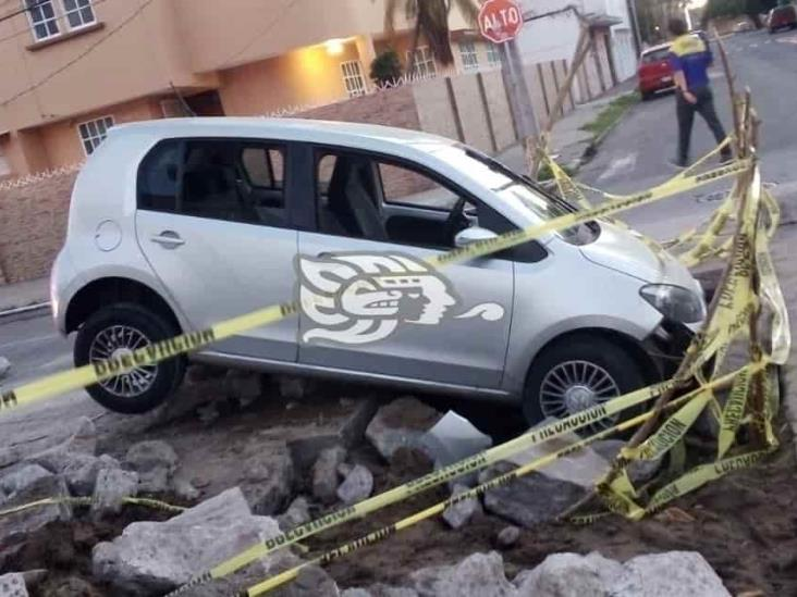 En Veracruz, vehículo cae en socavón