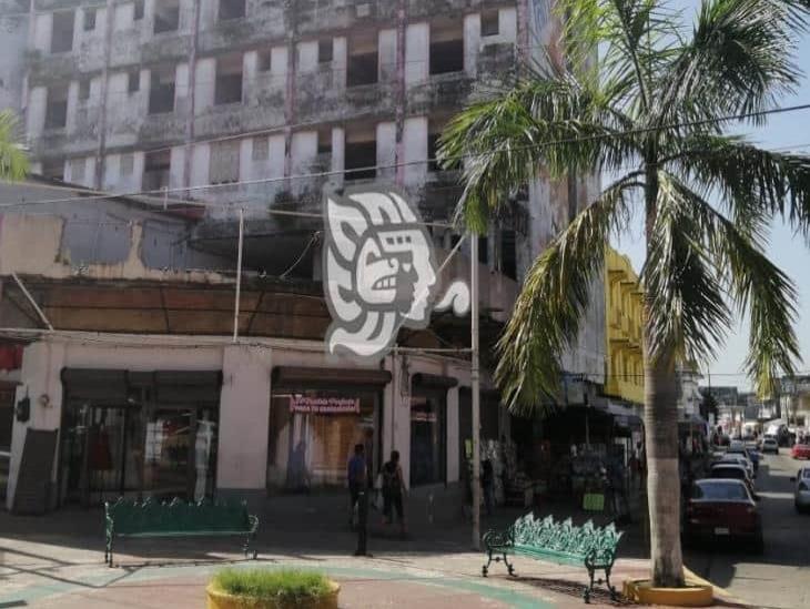 Liberan zona acordonada de hotel en ruinas de Minatitlán