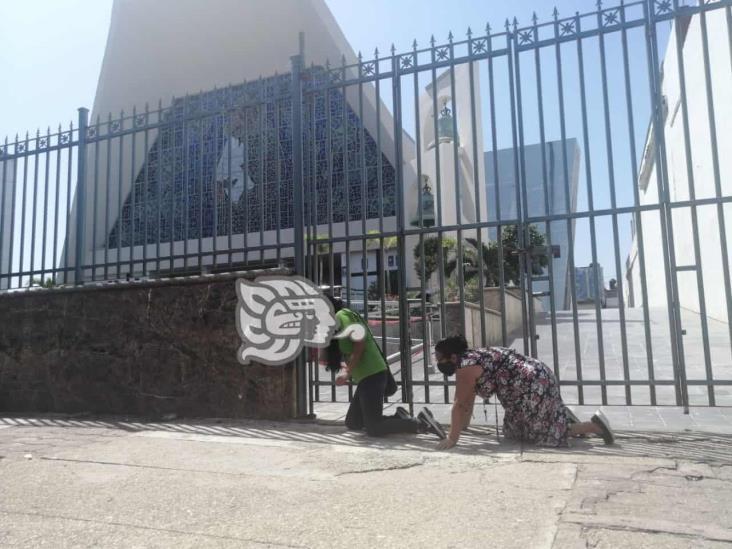 De rodillas, mujeres católicas realizan penitencia en Coatzacoalcos