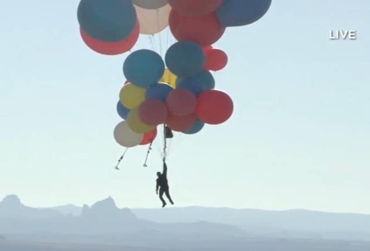 Mago vuela sobre desierto de Arizona con ayuda de globos gigantes