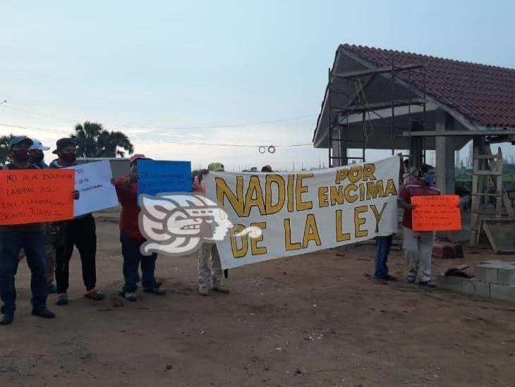 Albañiles paran construcción de Universidad de Bienestar; reclaman liquidación