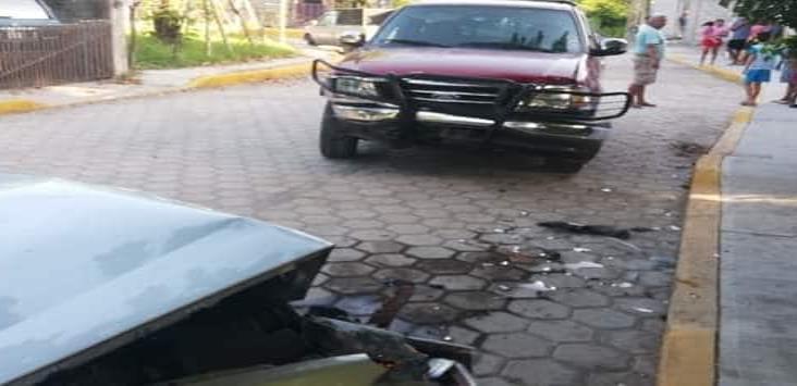 Se registra accidente entre dos unidades en Alvarado