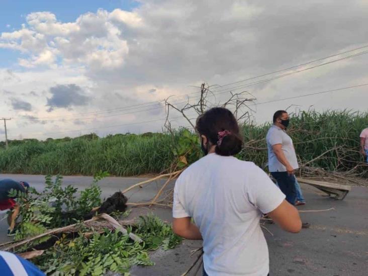 Bloquean la carretera antigua a Minatitlán por falta de atención de CFE