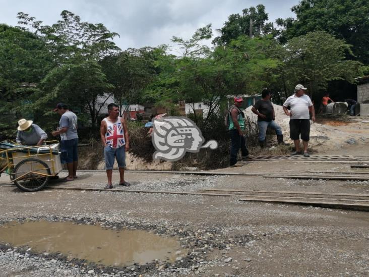 Pobladores de El Chapo bloquean paso a tractocamiones