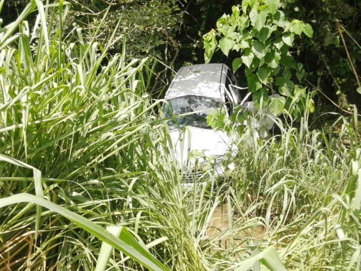 Tras perder el control camioneta vuelca en Medellín de Bravo