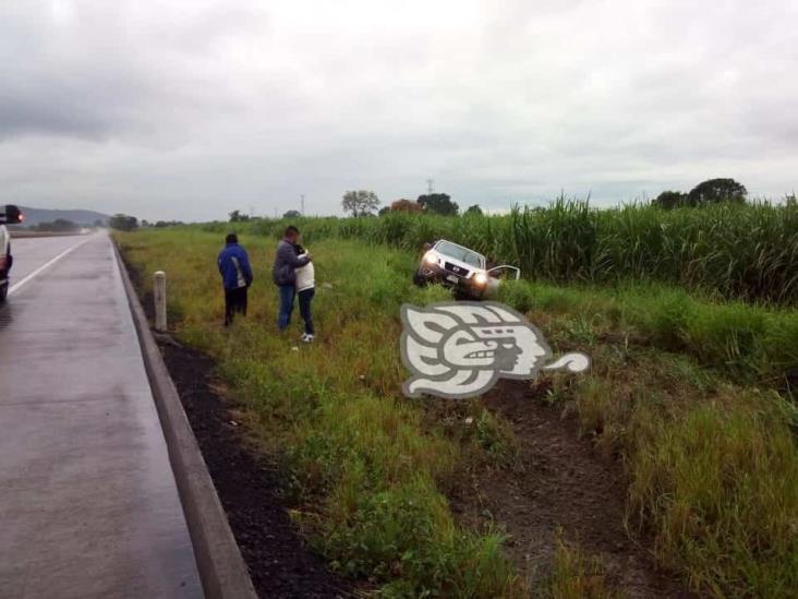 Intensa lluvia saca del camino a camioneta sobre la Córdoba-Veracruz