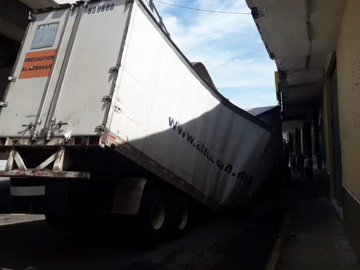 Chófer se descuida y golpea remolque en distribuidor vial de calles de Veracruz
