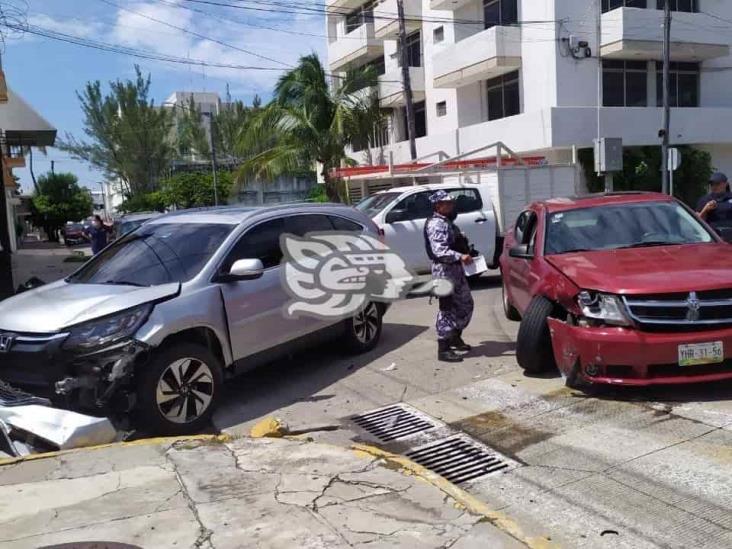 Se registra aparatoso accidente en fraccionamiento de Veracruz; deja daños materiales