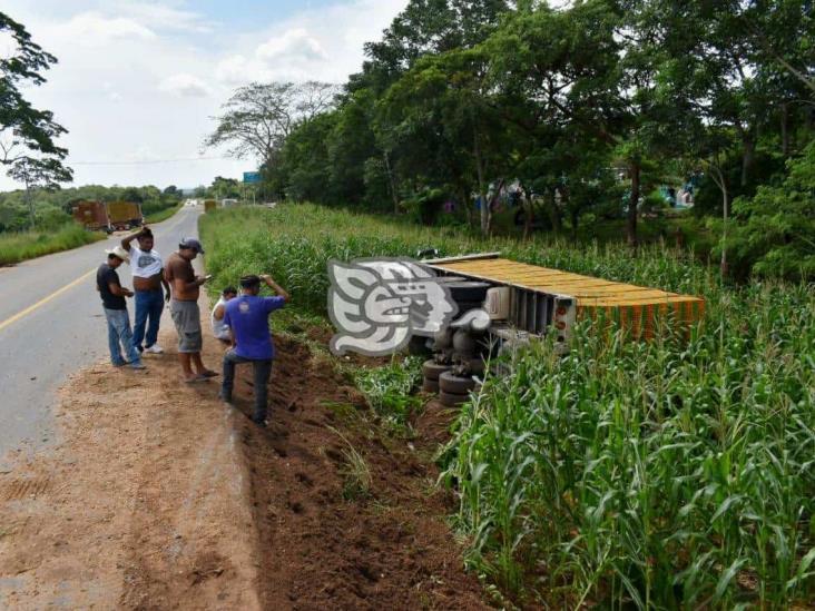 Camionero resulta con crisis nerviosa tras volcar en Sayula