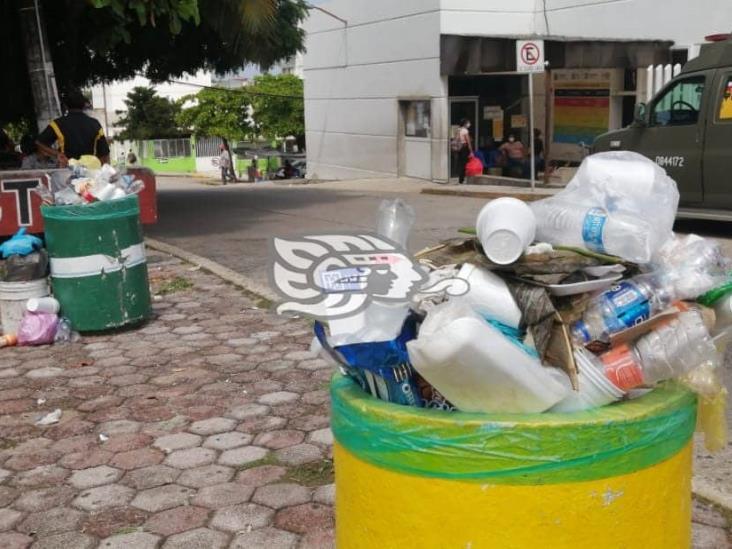 Al tope, contenedores de basura frente al Hospital de Coatzacoalcos