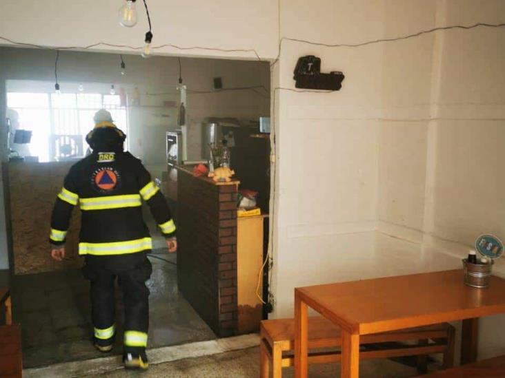 Se registra incendio al interior de un local de cocina en Xalapa