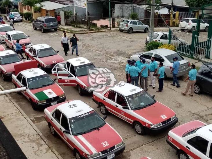Fumigan taxis en Jesús Carranza para combatir el COVID – 19