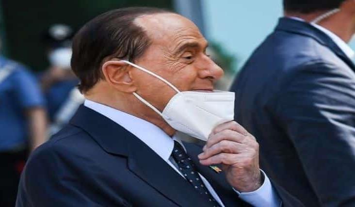 Berlusconi sale del hospital tras riesgosa batalla contra el Covid-19
