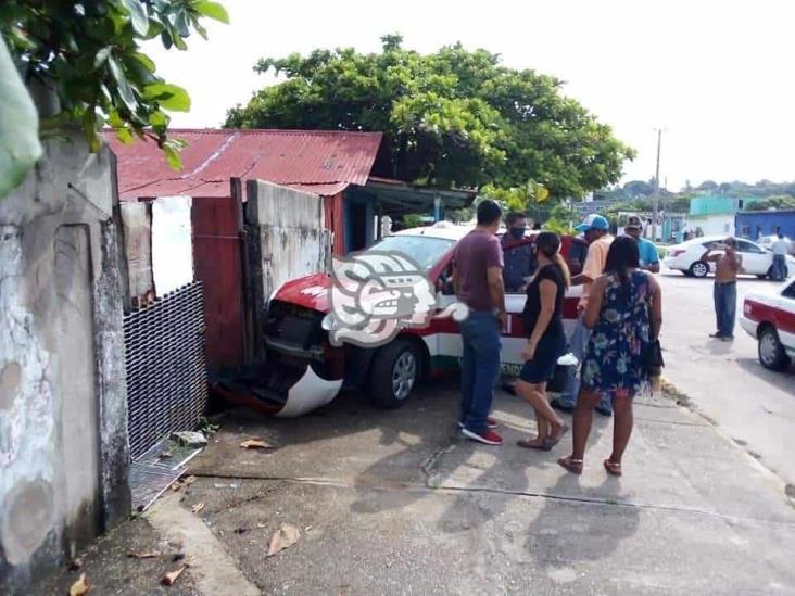 Estrellan taxi contra una barda en Villa Allende; dos lesionados