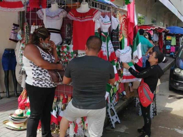 Por los suelos, venta de artículos patrios en Coatzacoalcos