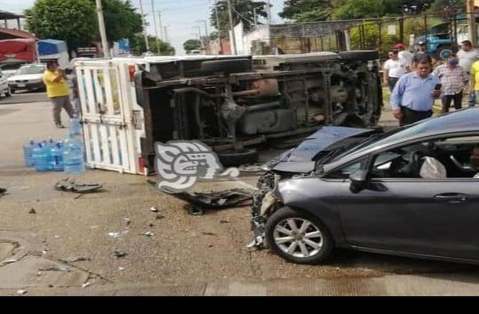 Camioneta quedó volcada en avenida de Minatitlán