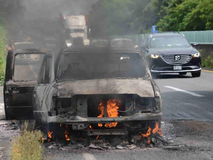 Camioneta se incendia en llamas durante viaje por libramiento Paso del Toro-Santa Fe