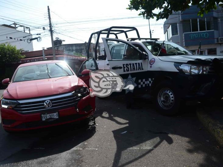 Se registra aparatoso choque entre patrulla de policía estatal y vehículo particular