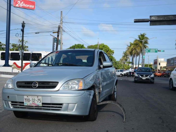Choque entre dos vehículos; deja solo daños materiales en Veracruz