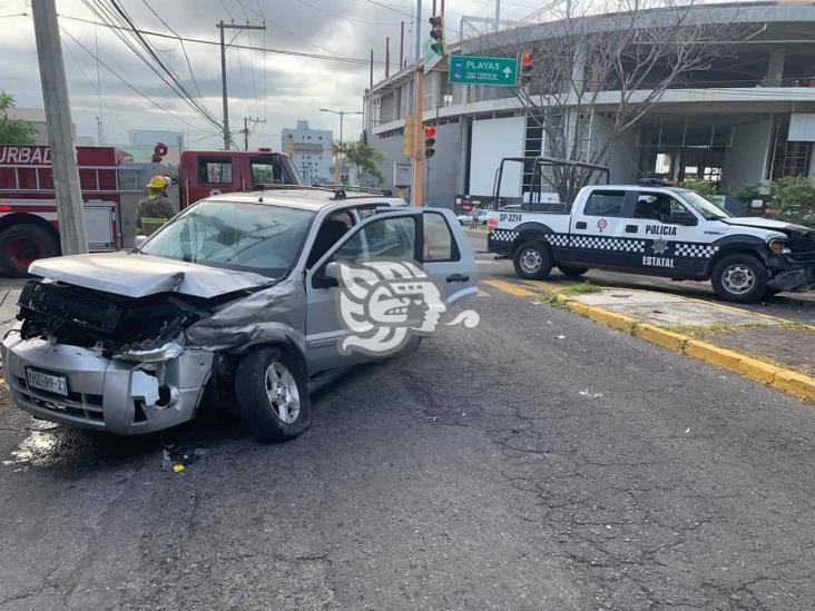 Patrulla de SSP intenta ganar el paso y colisiona con camioneta en Veracruz