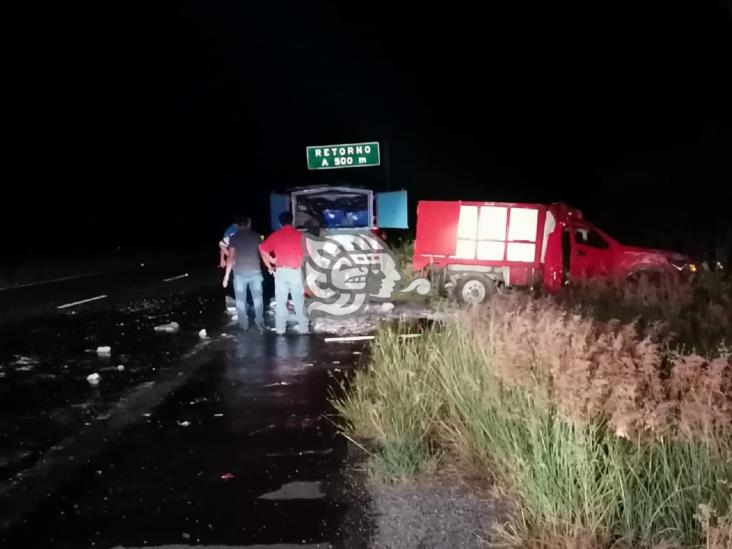 Vuelca camioneta cargada de pescado en la Mina-Acayucan