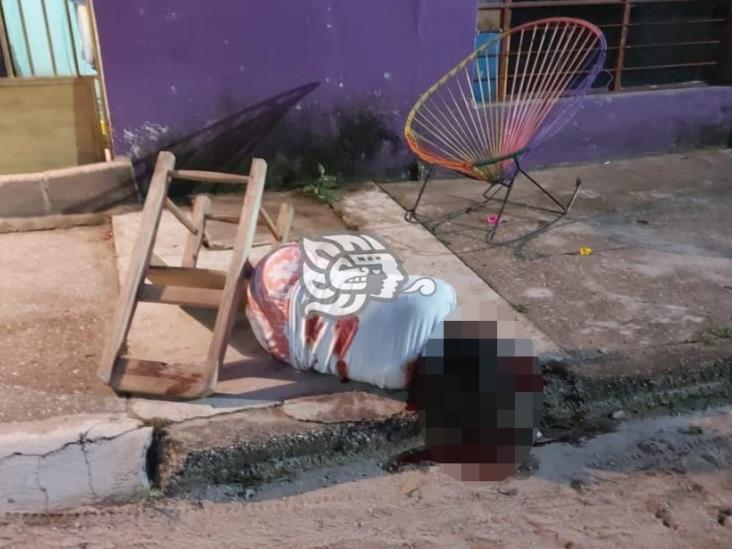 Ejecutan a mujer en Minatitlán mientras descansaba afuera de vivienda