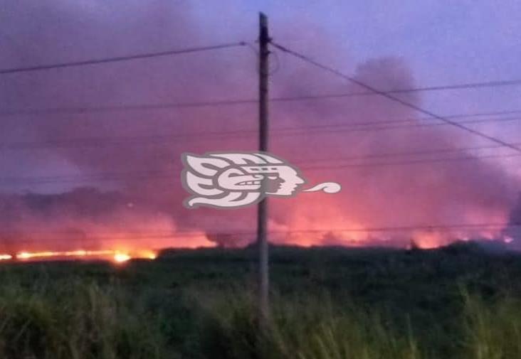 Alarma en Minatitlán por incendio cerca de ductos de Pemex