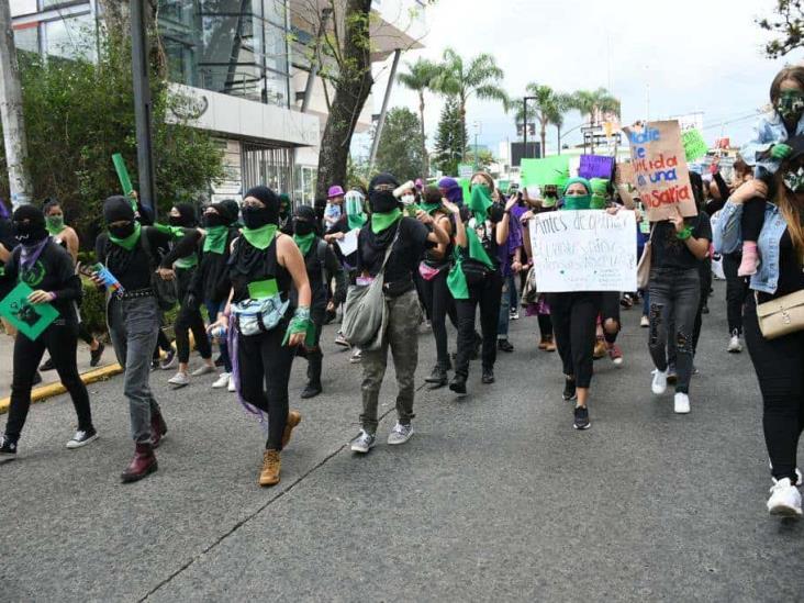 Marchan en pro del aborto en capital de Veracruz bajo despliegue de  antimotines