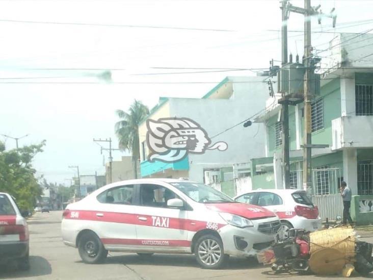 Bolillero resulta lesionado tras chocar contra taxi en Coatzacoalcos
