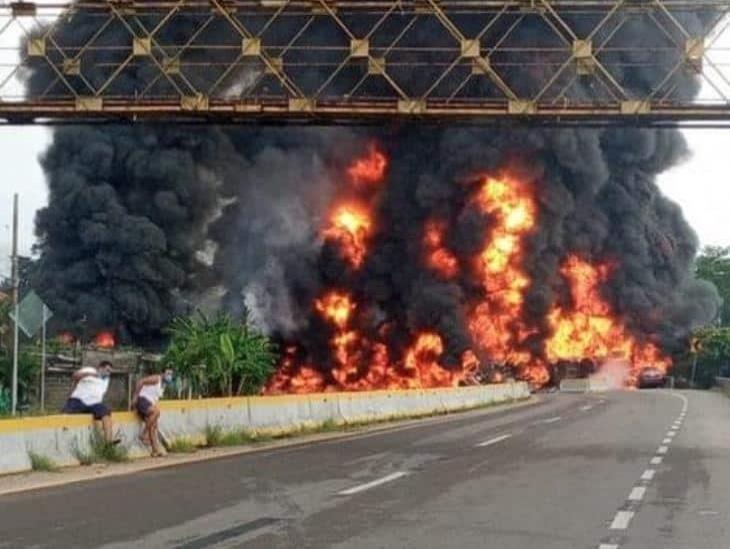 Mueren cuatro personas tras explosión de pipa con combustible en Tabasco