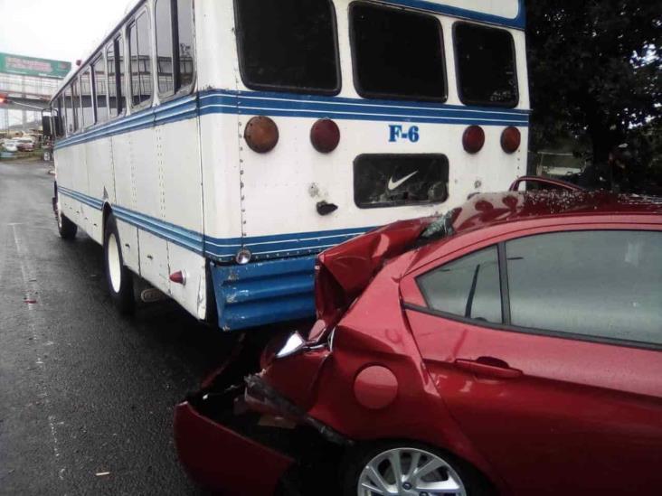 Se registra accidente entre autobús y vehículo en Xalapa; deja dos personas heridas