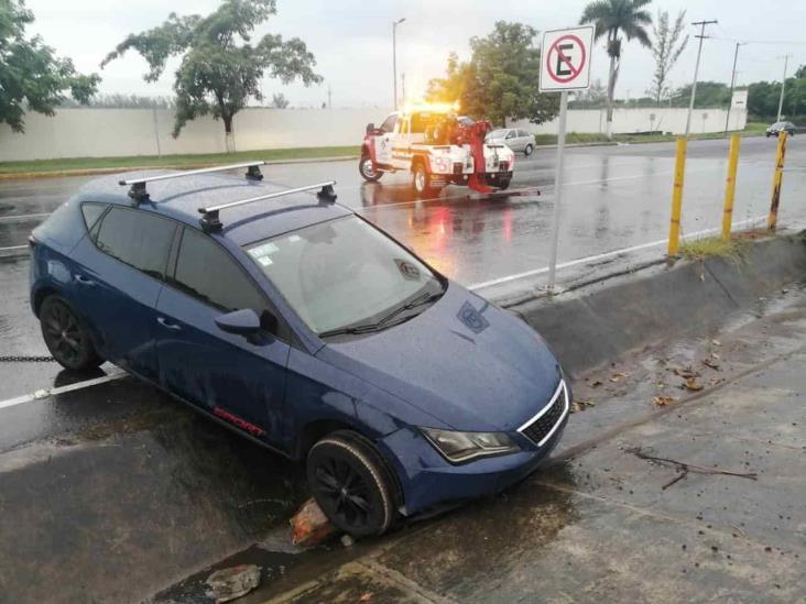 Conductor de camioneta particular cae en desagüe de Veracruz