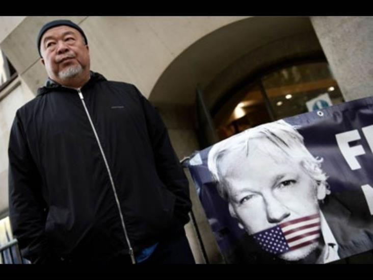 Artista disidente chino exige liberar a Julian Assange
