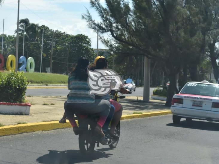 Motociclistas desafían a la velocidad sin usar casco de seguridad