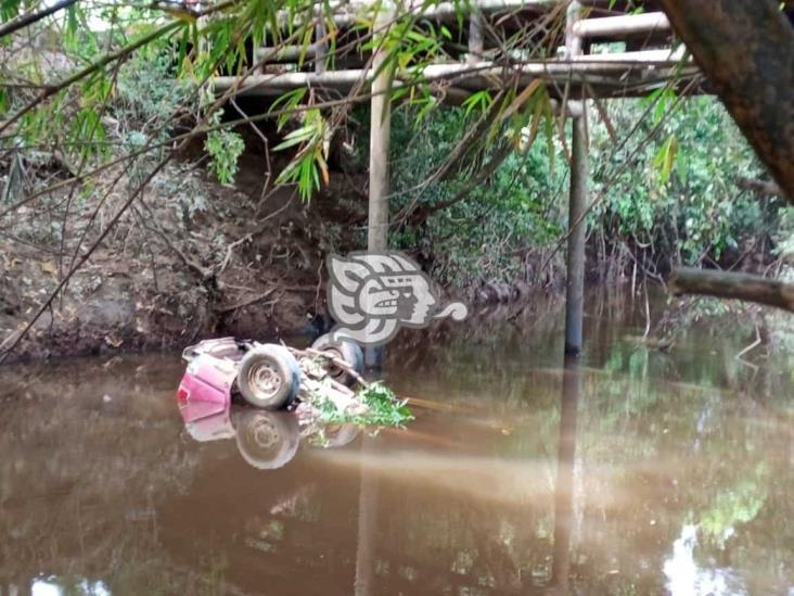Camioneta cae de un puente en zona rural de Minatitlán
