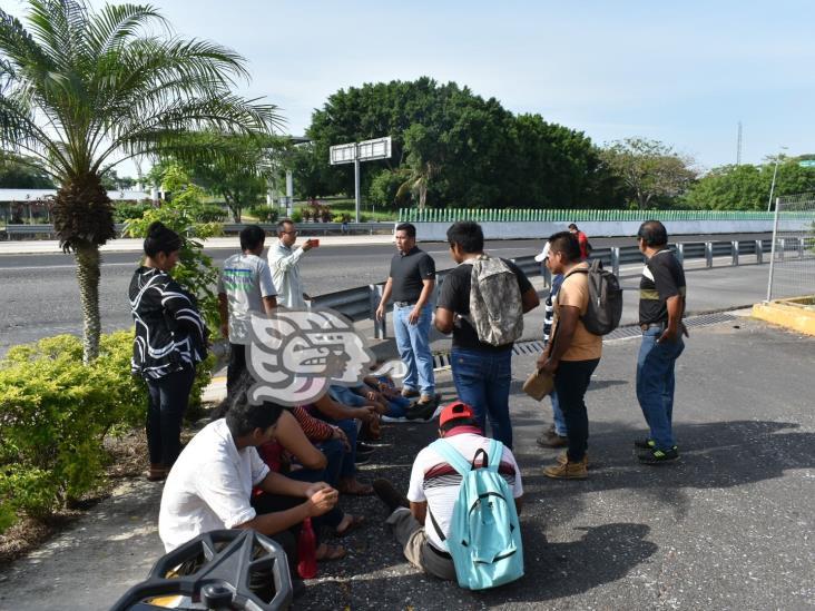Trabajadores de limpieza de caseta de Acayucan paran labores por falta de pago