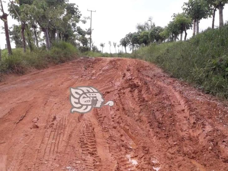 Empeoran caminos rurales con las lluvias en Minatitlán