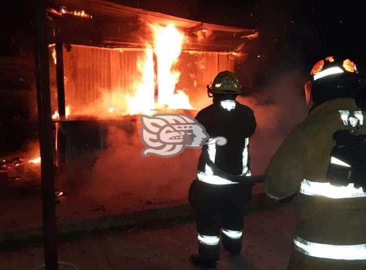 Se incendia puesto de antojitos en fraccionamiento Puerto Esmeralda