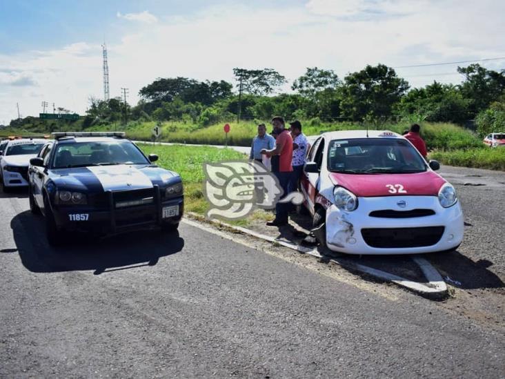 Choque de taxi en La Tinaja-Cosoleacaque; tres pasajeros heridos