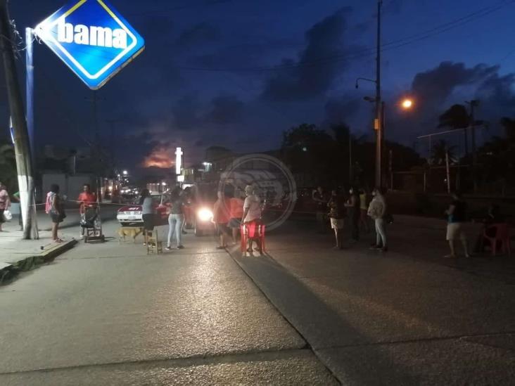 Por falta de energía eléctrica, vecinos bloquean vialidades en Coatza
