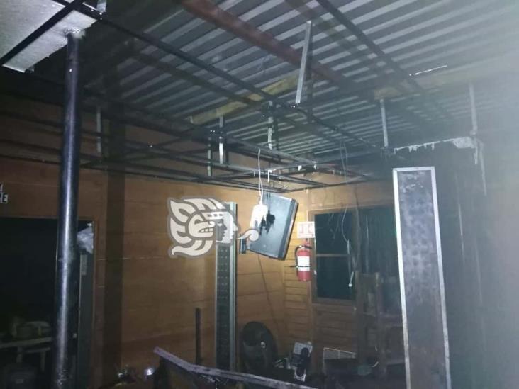 Lanzan bomba molotov y se incendia restaurante en Coatzacoalcos