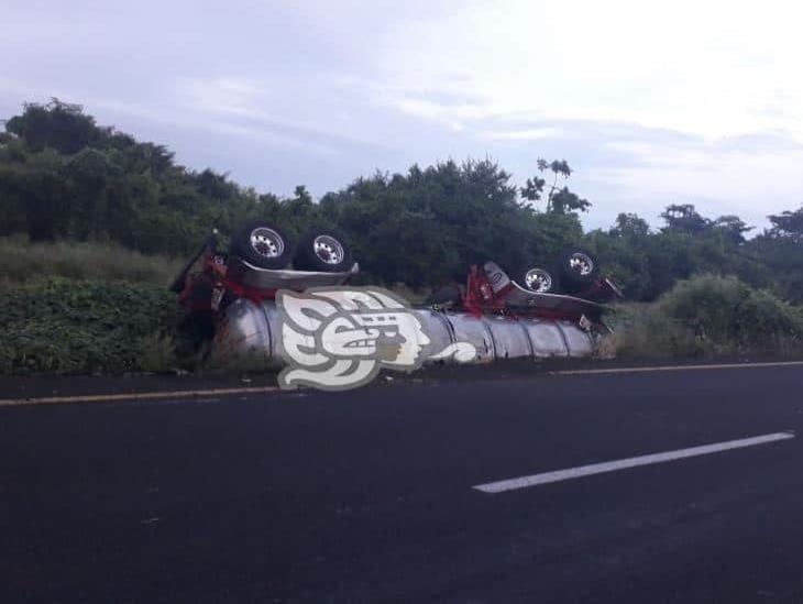 Se desprende tanque de pipa y queda volcada en la autopista la Tinaja