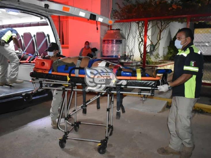 Empleados sufren choque y volcadura en la Costera del Golfo