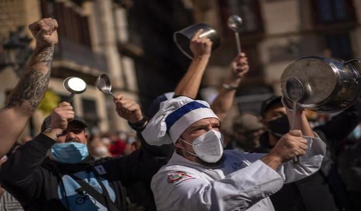 Cocineros y meseros protestan en Barcelona contra cierre de bares