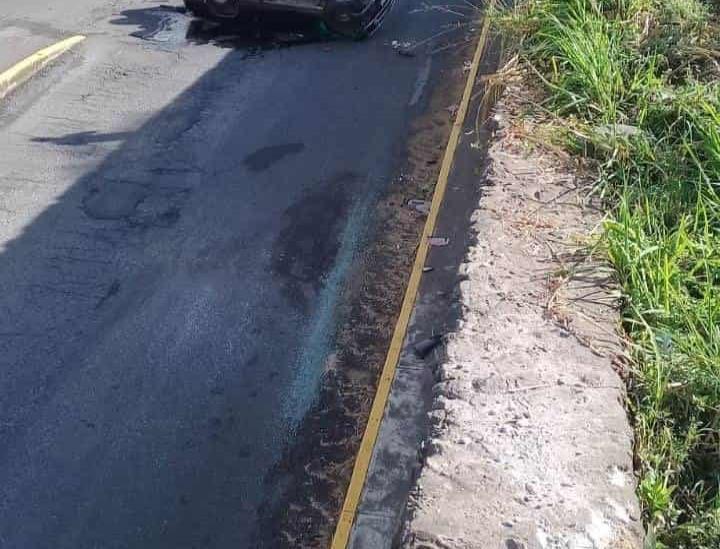 Vuelca camioneta en carretera Coatepec-Las Trancas