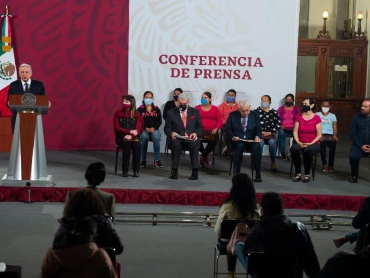 Reciben escuelas de Veracruz premios de la ´rifa´ del avión