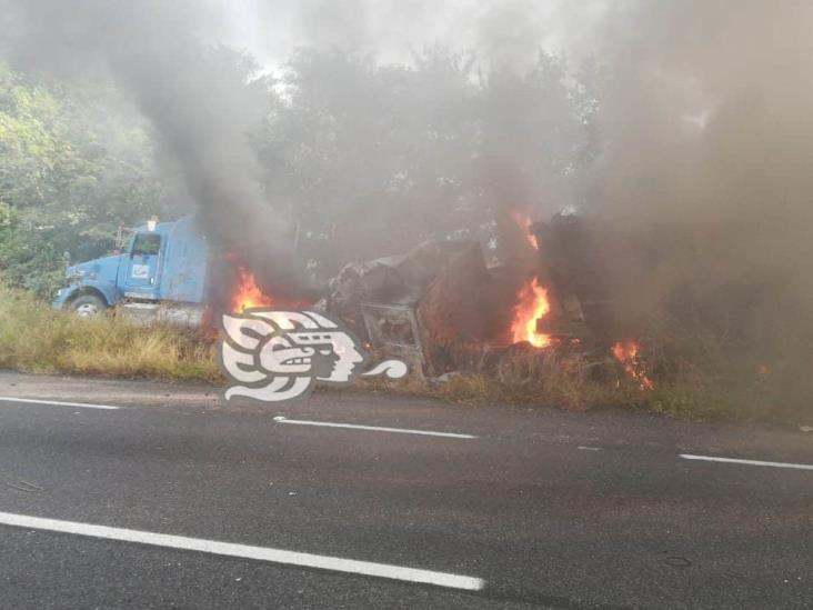 Se incendia tráiler cargado de chatarra en autopista Cosamaloapan-La Tinaja