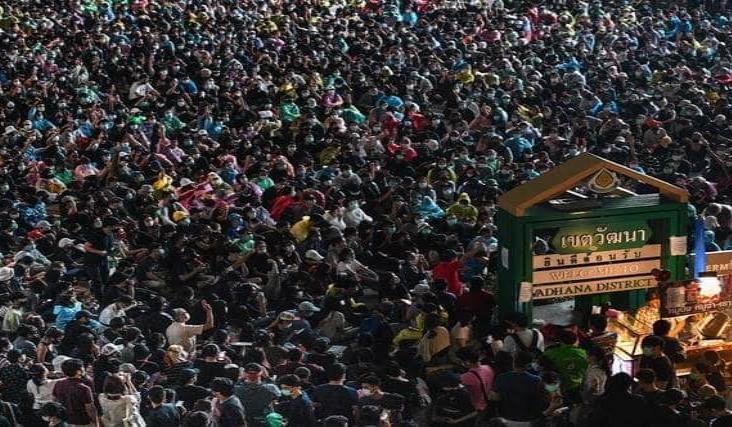 Pese a prohibición, marchan miles en Tailandia contra el gobierno