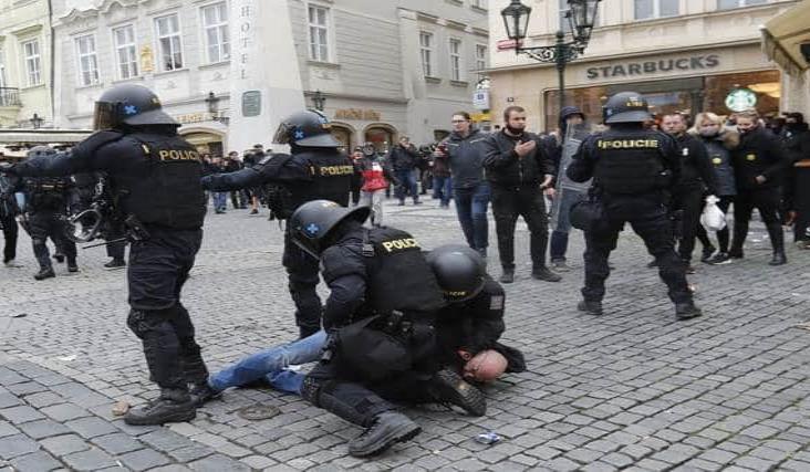 Violenta protesta en Praga por nuevas restricciones anti Covid
